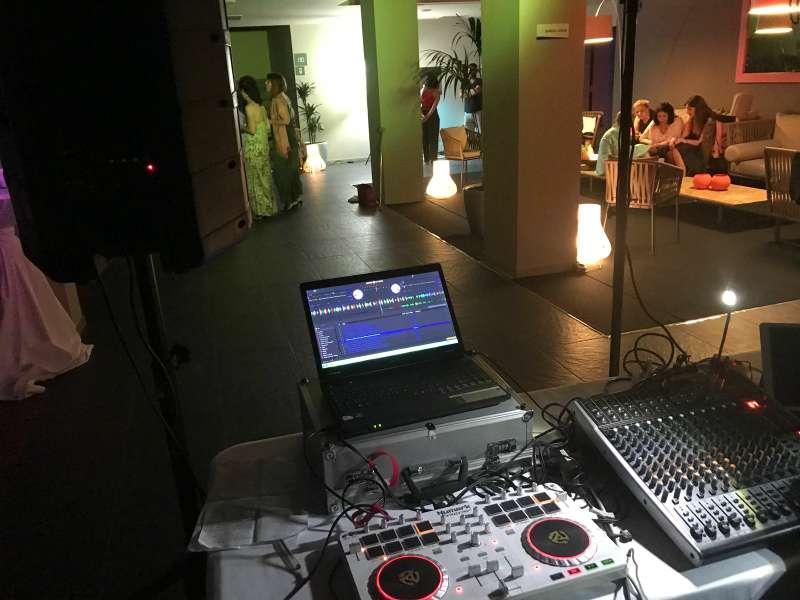 Imagen producto Alquiler de equipos de sonido e iluminación / DJ 4