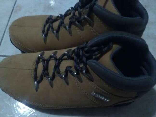 Imagen botas de cuero y de marca