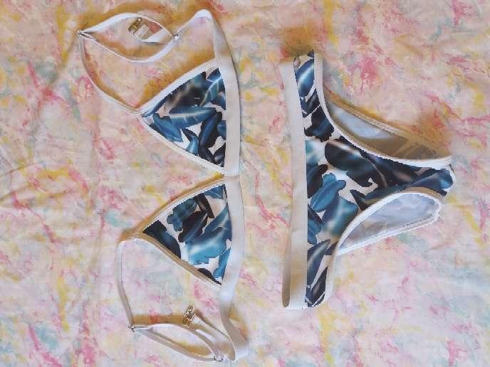 Imagen bikini de hojas azules