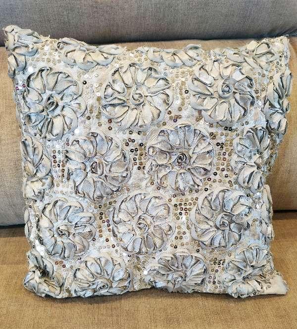 Imagen producto Par de cojines lilas y uno gris plateado 3