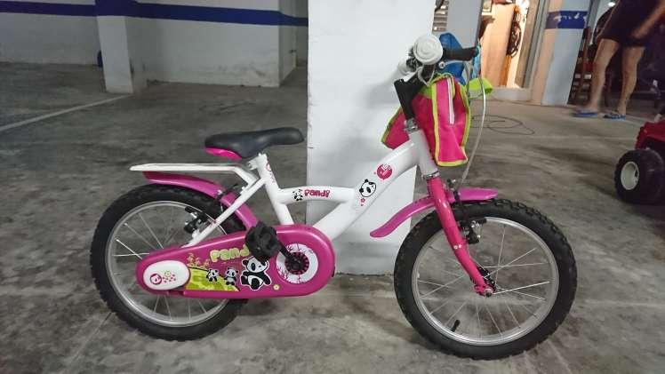 Imagen bicicleta. coche bateria y mesa