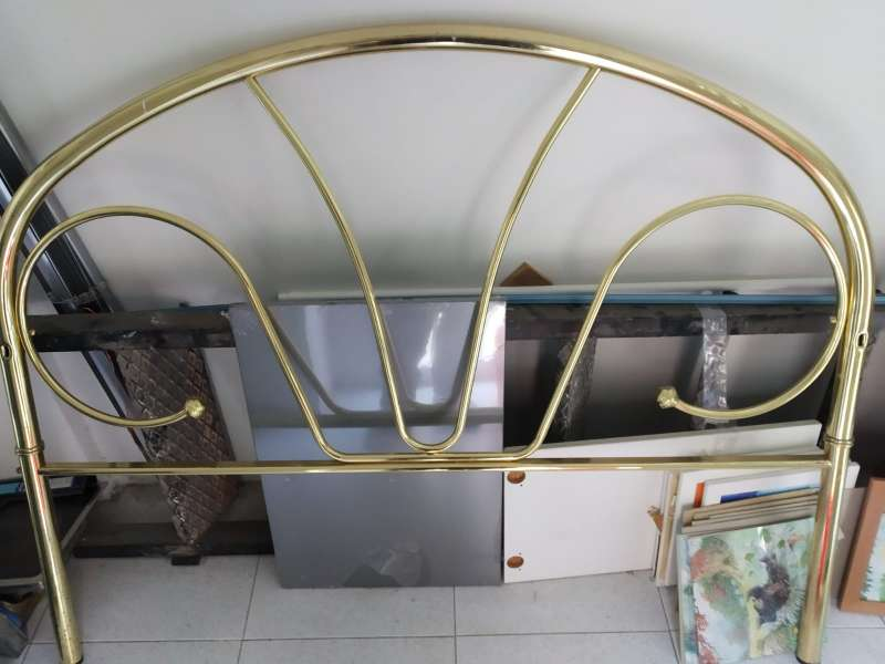 Imagen cabecero metalico dorado