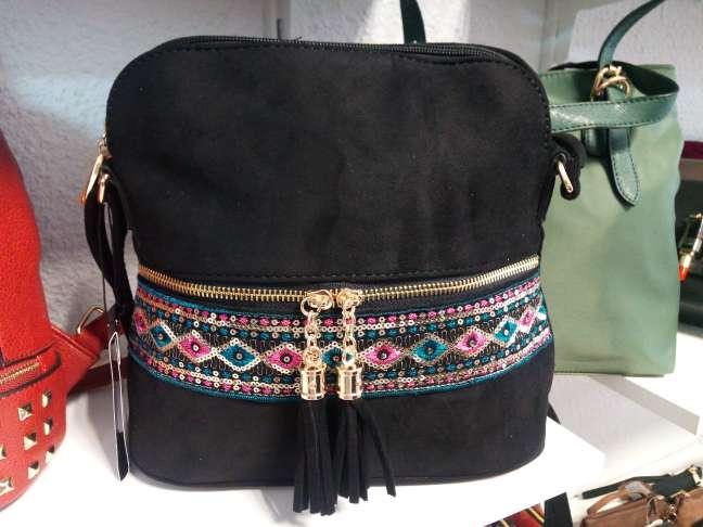 Imagen bolso nuevo de tienda negro con detalles etnicos