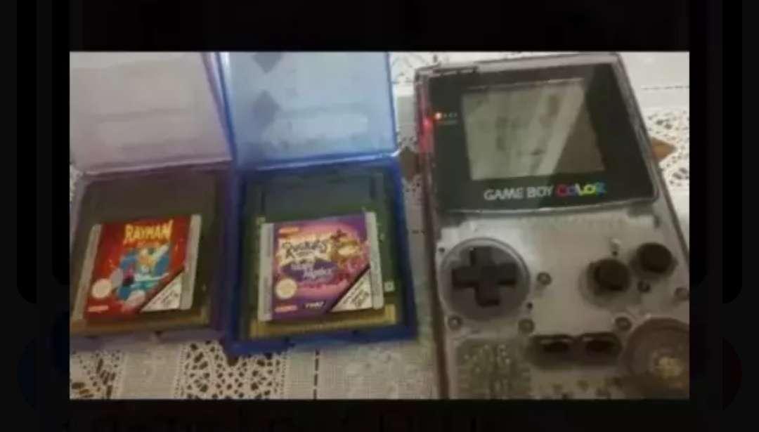 Imagen Gameboy color con dos juegos.