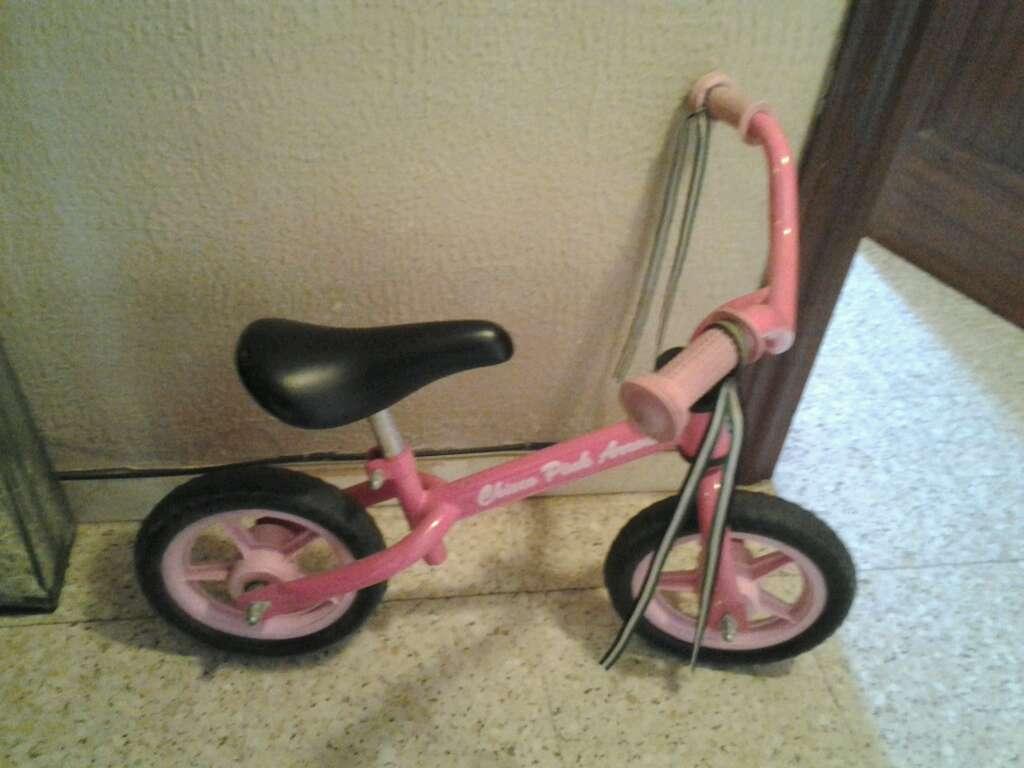 Imagen bicicleta sin pedal color rosa
