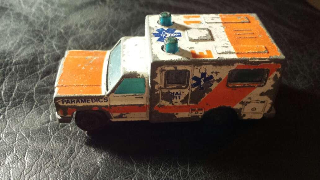 Imagen ambulancia antigua metal