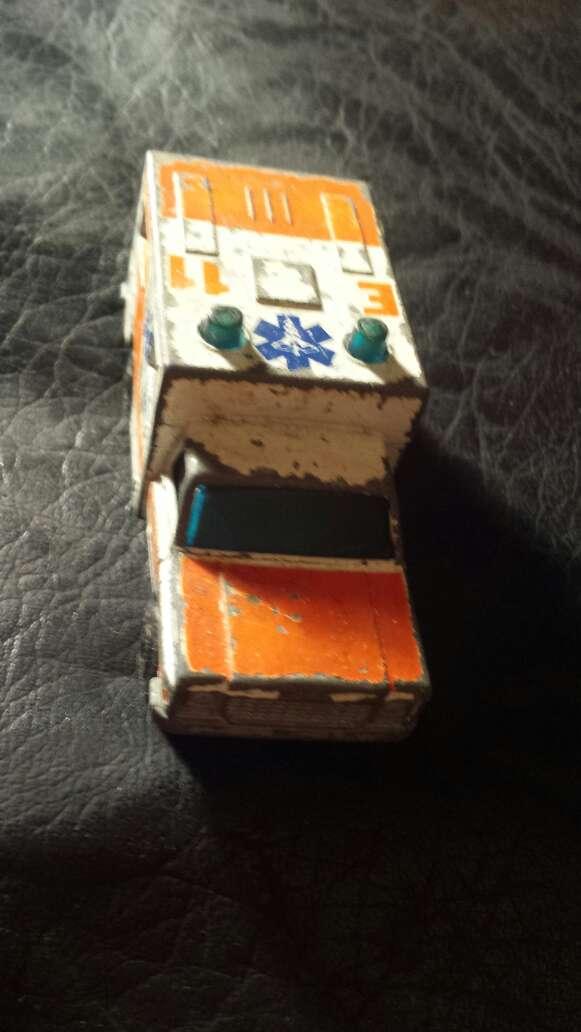 Imagen producto Ambulancia antigua metal  2