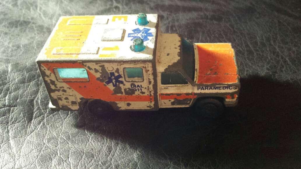 Imagen producto Ambulancia antigua metal  3