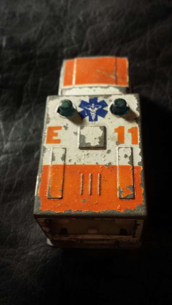 Imagen producto Ambulancia antigua metal  4