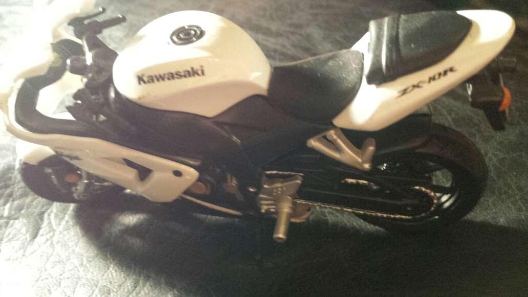 Imagen moto blanca Kawasaki