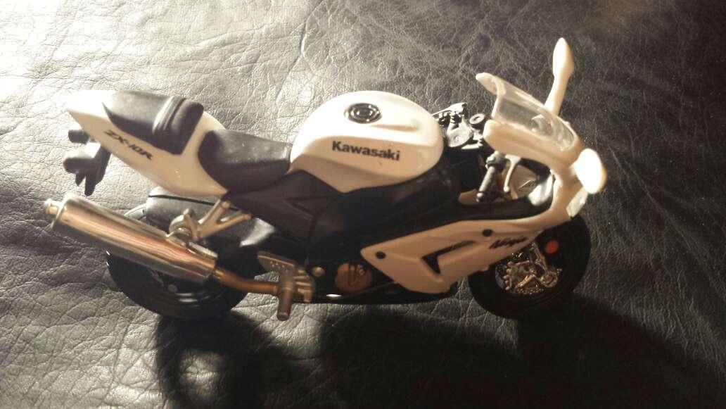 Imagen producto Moto blanca Kawasaki 2