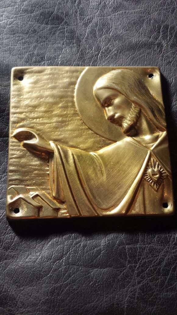 Imagen cuadrado jesus entrada puerta metal
