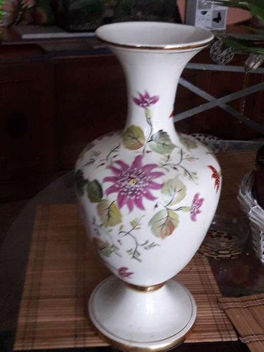 Imagen florero blanco  y flores