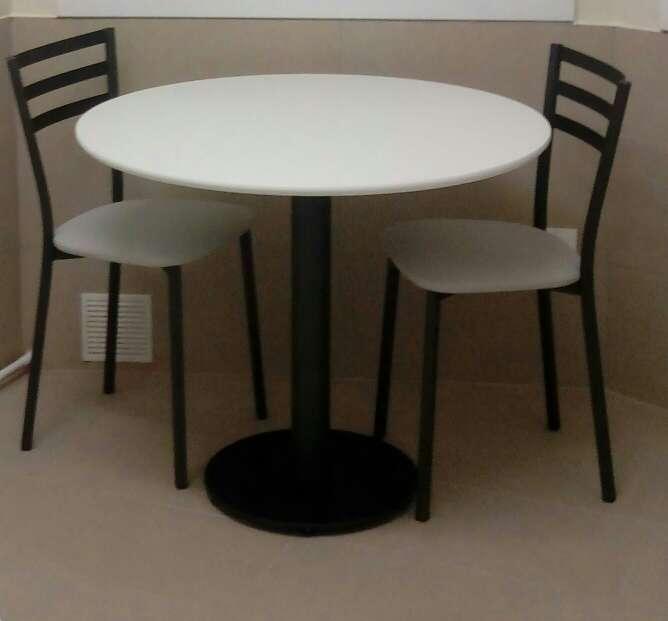 Imagen mesa y dos sillas