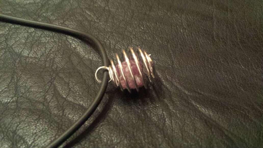 Imagen producto Colgante con cordón y rubí  2