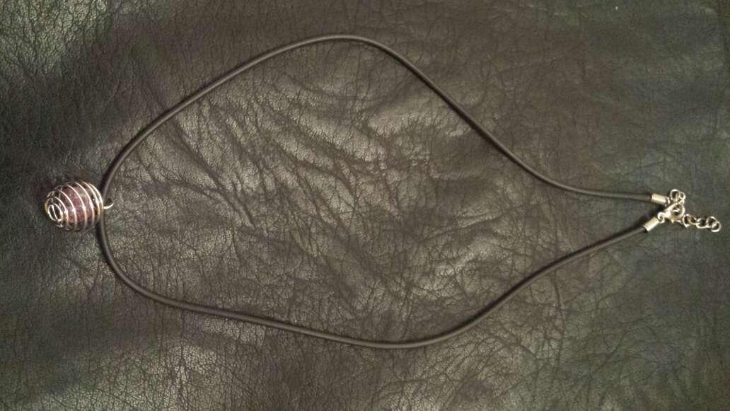 Imagen producto Colgante con cordón y rubí  3