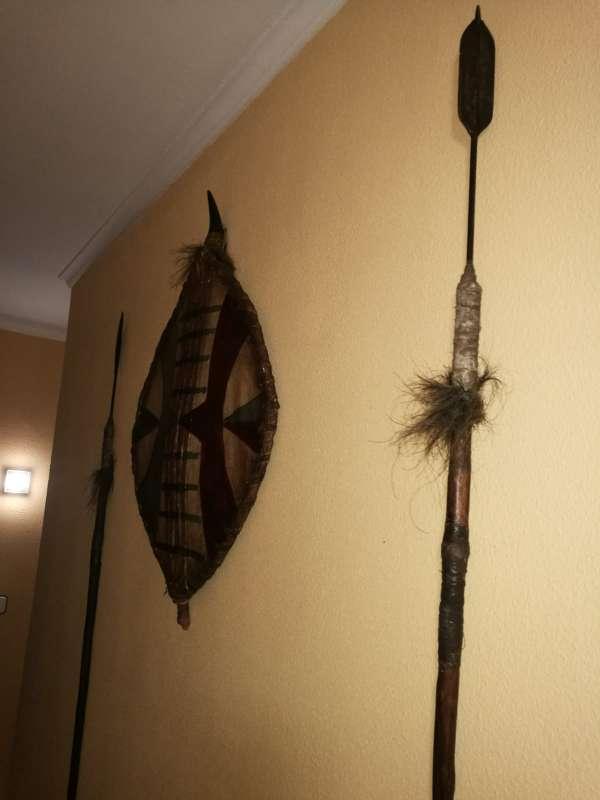 Imagen Mascaras y escudo y lanzas tribales