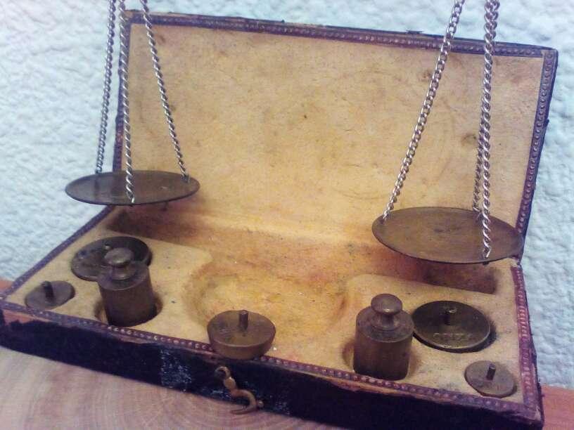 Imagen Bascula de bronce para pesar oro y otros metales  dispone de pesas inglesas en onzas y bascula  en su caja original sin restaurar  se manda  por correos exprés  se acepta. PayPal