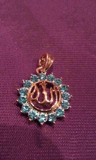 Imagen colgante de allah dorado y circonitas azul tengo mas modelos y anillos pulseras pendientes...
