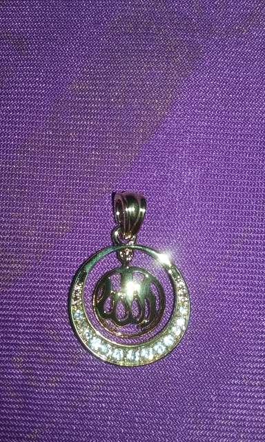 Imagen colgante de allah dorado y circonitas tengo mas modelos y anillos pulseras pendientes...