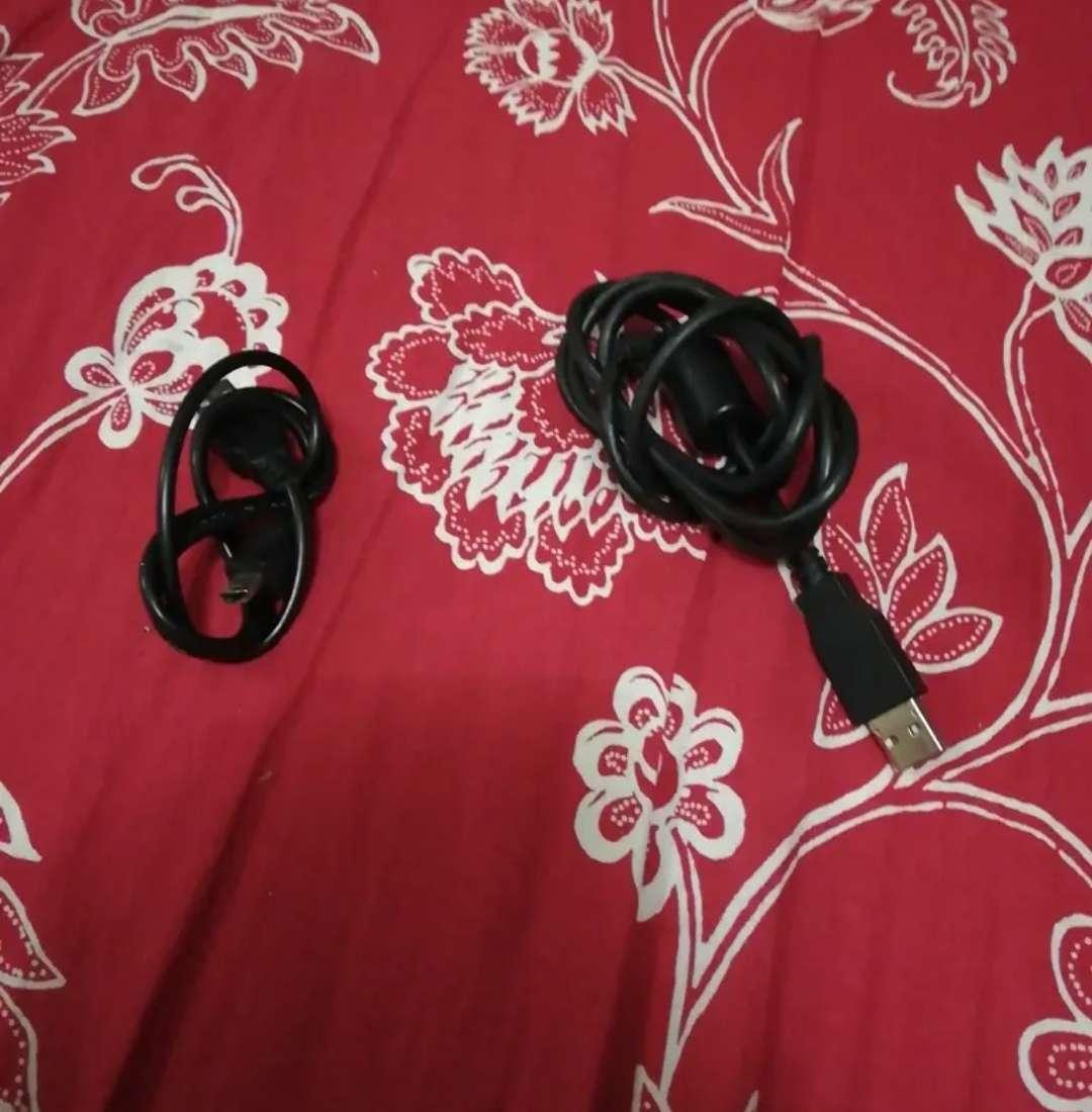Imagen producto PS 3, mando rojo y negro, cable HDMI, corriente 4