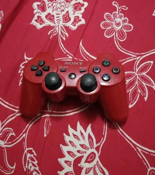 Imagen producto PS 3, mando rojo y negro, cable HDMI, corriente 2