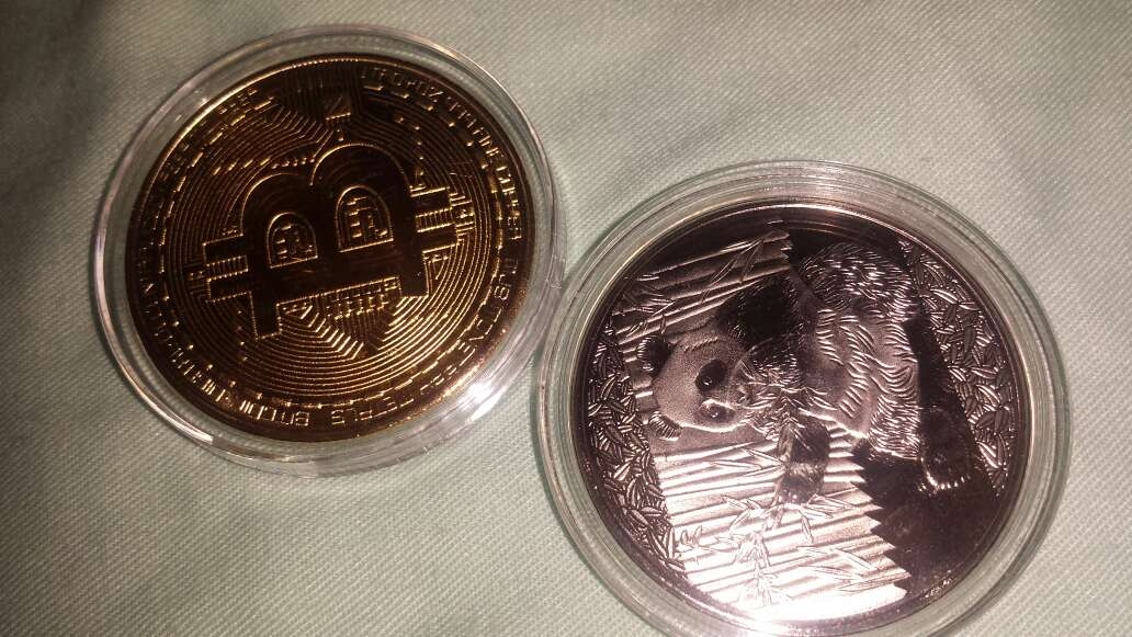 Imagen 2 monedas,  panda y bitcoin