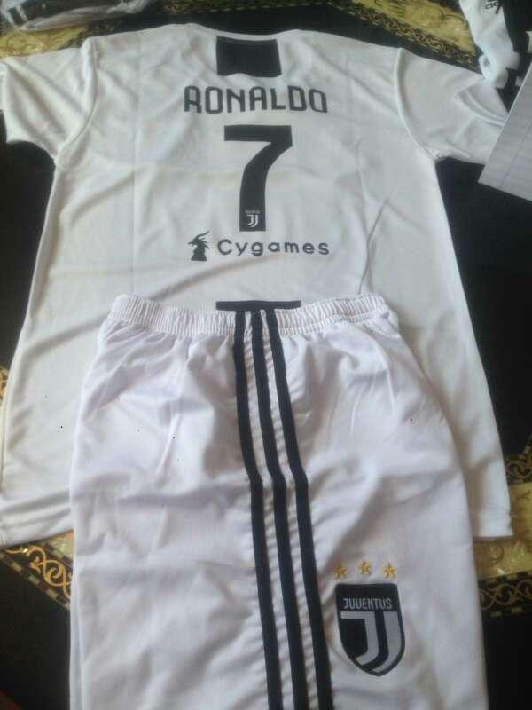 Imagen producto Equipación de Juventus con nombre de Ronaldo 2