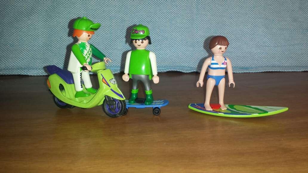 Imagen motorista , skater y surfera playmobil