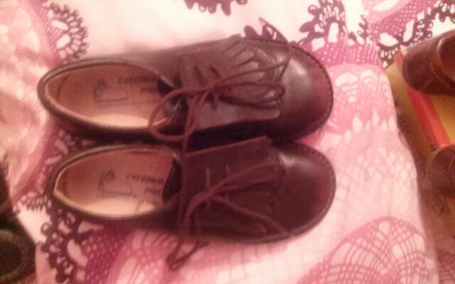 Imagen zapatos de niño. nuevos