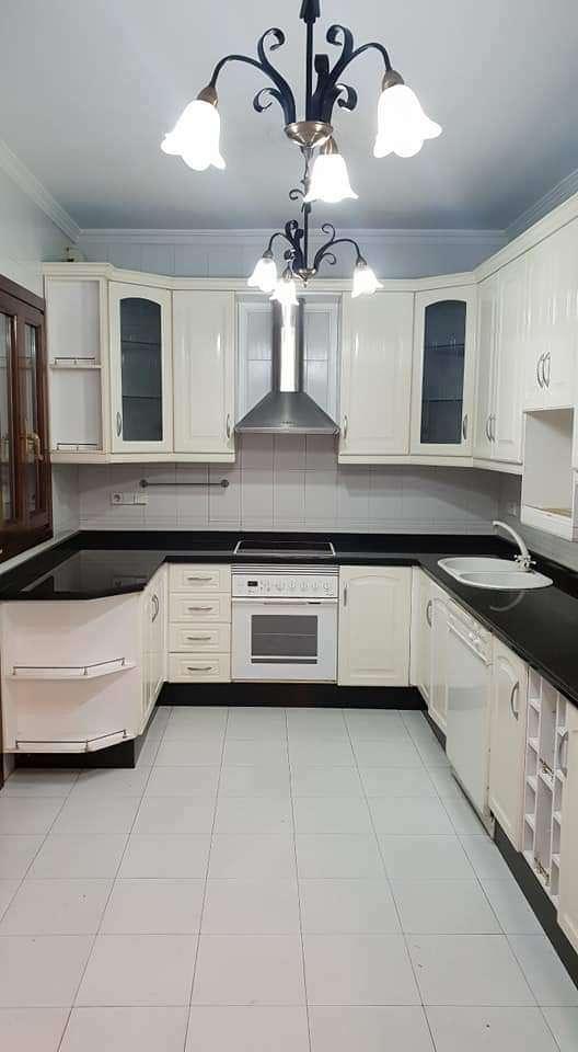 Imagen Cocina blanca pvc con electrodomésticos