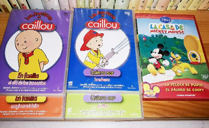Imagen DVDs Caillou y Mickey Mouse