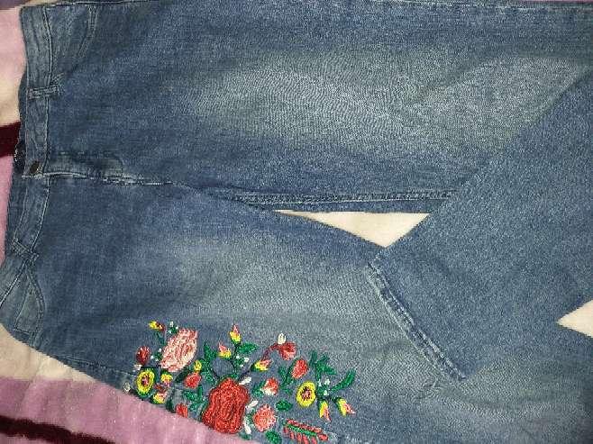 Imagen producto Pantalón con flores bordadas  1