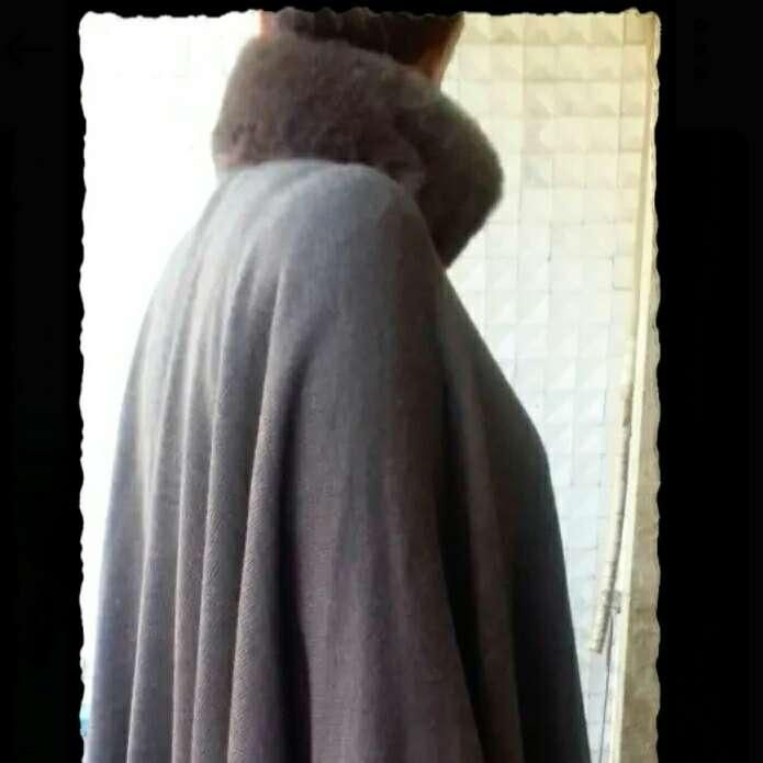 Imagen Capa larga marrón con cuello de piel