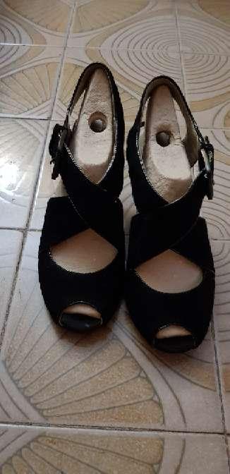 Imagen zapatos negros tipo sandalia
