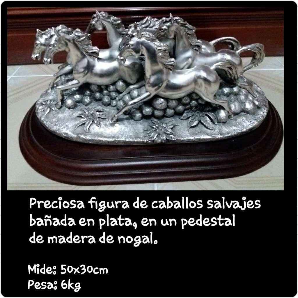 Imagen Figura de caballos salvajes bañando en plata