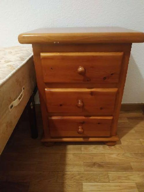 Imagen Mesilla de madera tres cajones