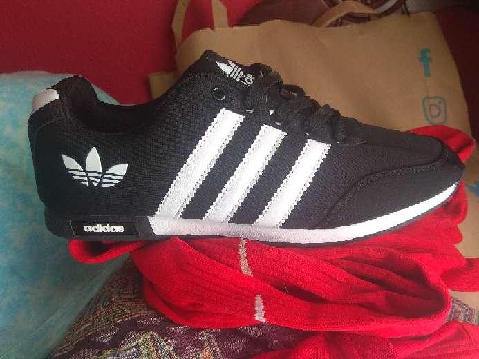 Imagen Zapatillas Negra Rayas Blancas