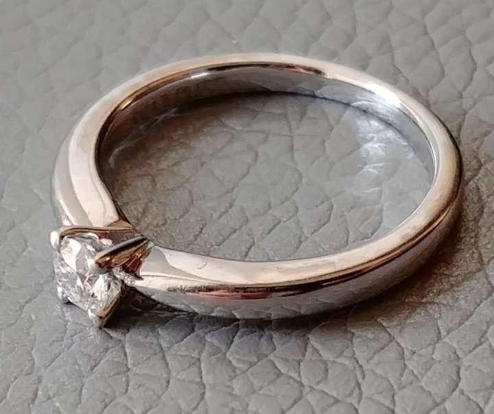 Imagen producto Anillo solitario Suarez en oro blanco y diamante natural 5