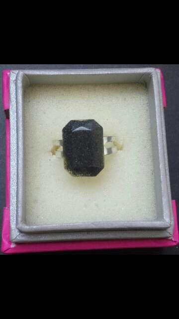 Imagen anillo forma esmeralda de meteorito