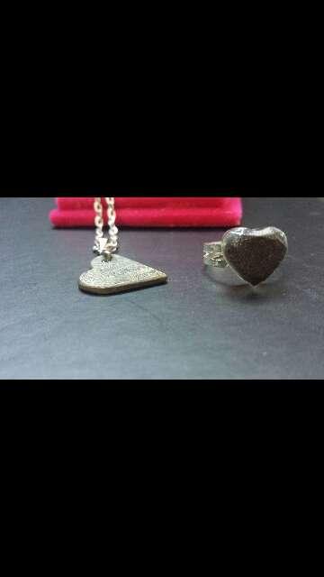 Imagen colgante y anillo corazón meteorito