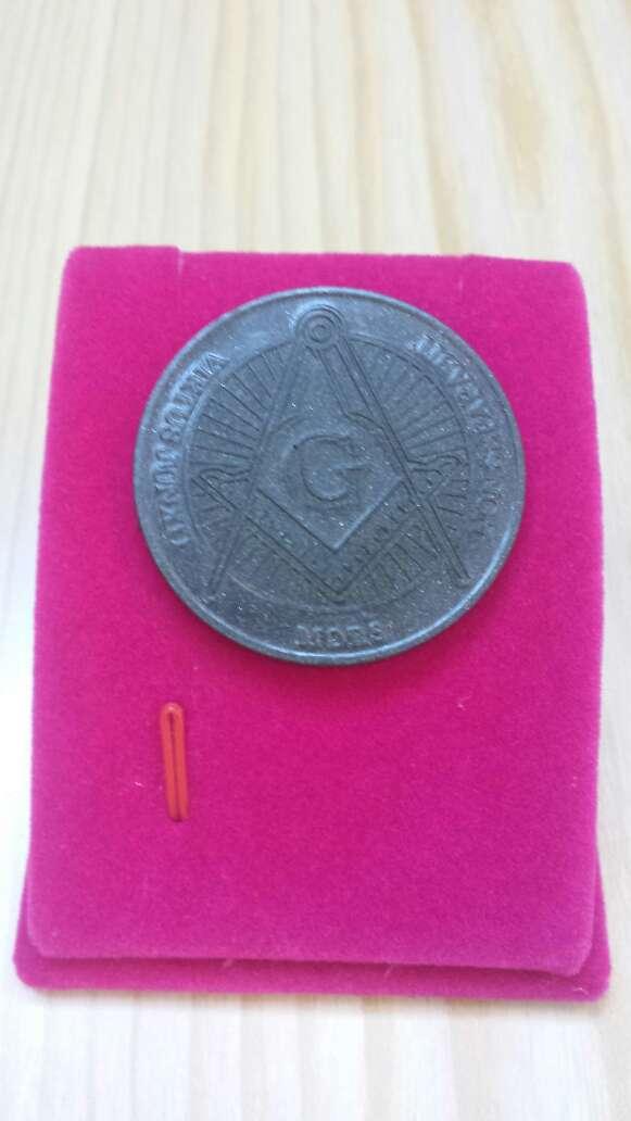 Imagen moneda polvo de meteorito Masonica