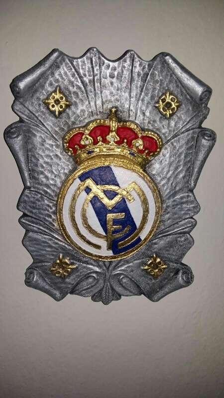Imagen escudos 28 cm real Madrid varios modelos de colgar