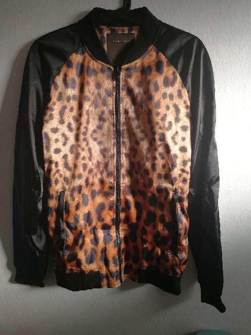 Imagen chaqueta de raso negro Zara