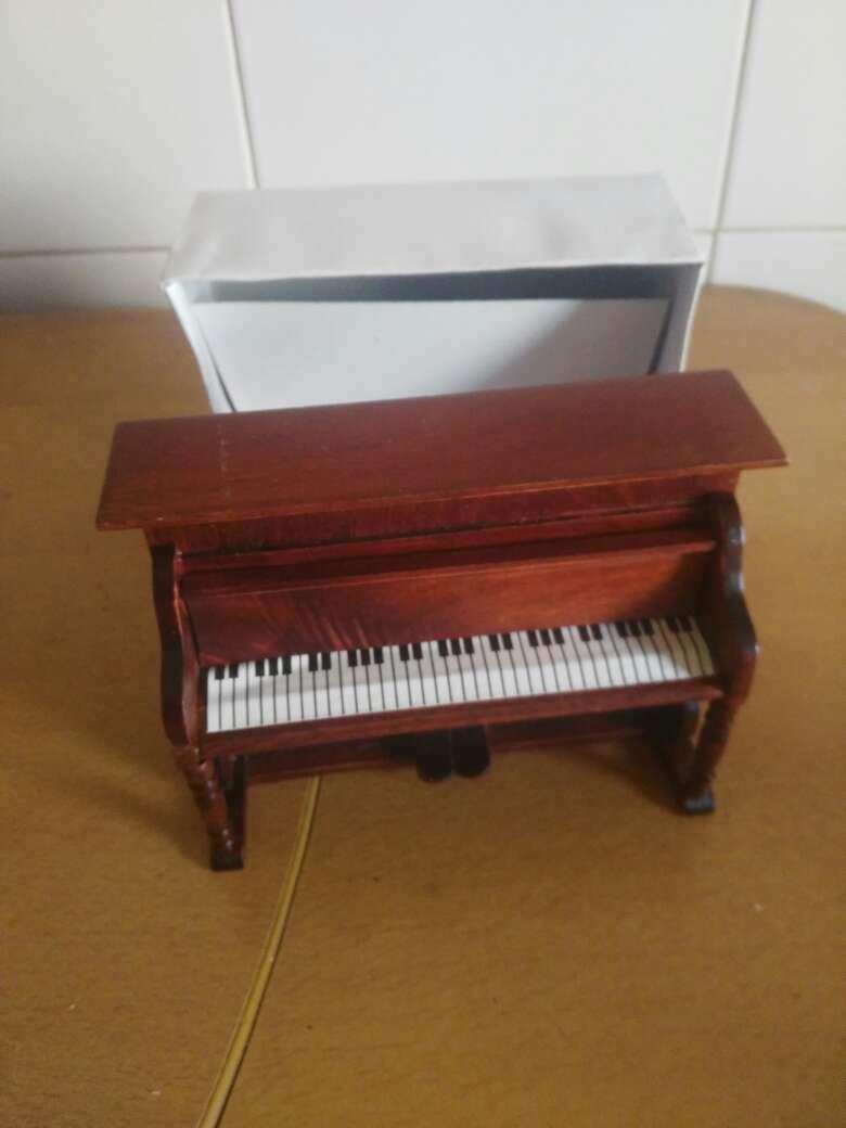 Imagen piano para casa de muñecas