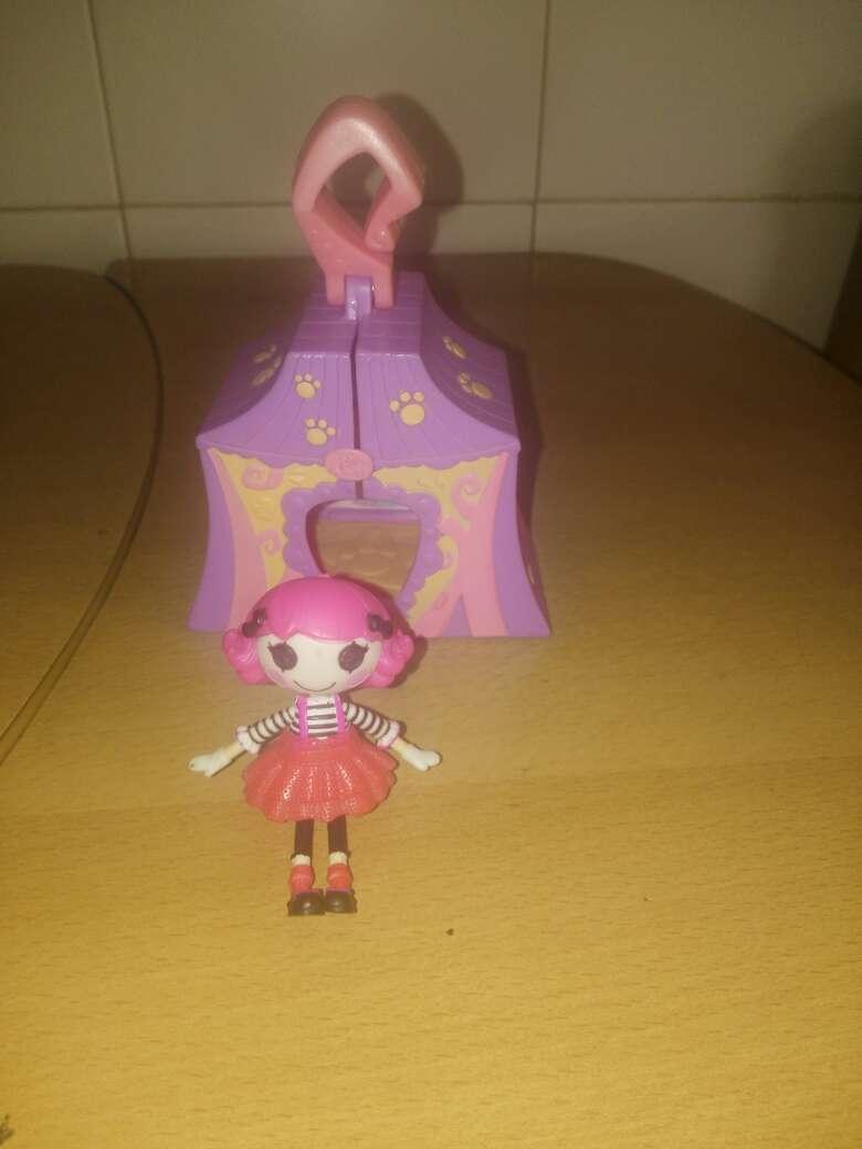 Imagen muñeca con carpa