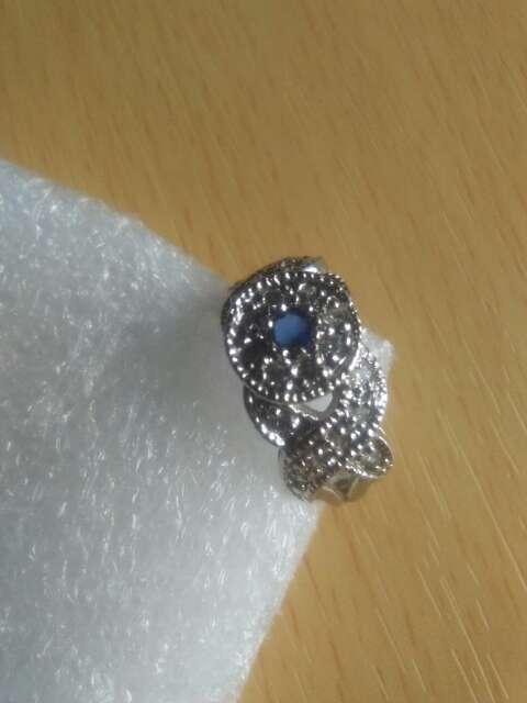 Imagen producto Anillo de plata con detalle de safiro. 3