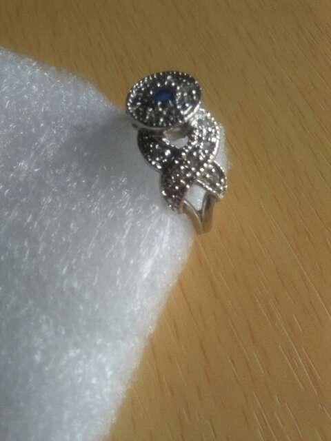 Imagen producto Anillo de plata con detalle de safiro. 2