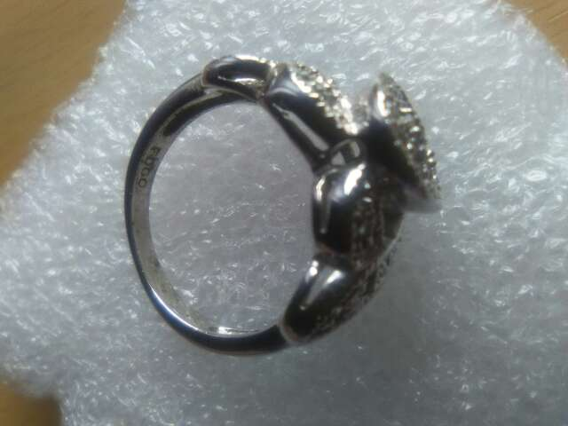 Imagen producto Anillo de plata con detalle de safiro. 4