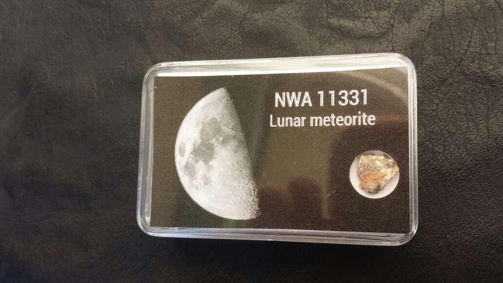 Imagen meteorito lunar en caja colección